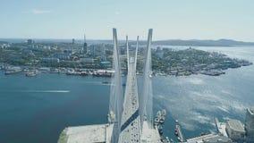 Vue aérienne de bourdon du pont d'or de Zolotoy pont Câble-resté à travers le Zolotoy Rog Golden Horn dans Vladivostok banque de vidéos