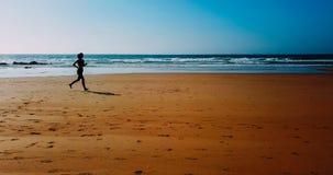 Vue aérienne de bourdon de la femme folâtre en bonne santé courant sur la plage Images stock