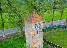 Vue aérienne de bourdon de perspective sur la vieille tour de puissance historique pour transférer le courant électrique par la c image stock