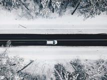 Vue aérienne de bourdon de route dans la forêt neigeuse image stock