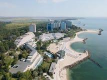 Vue aérienne de bourdon de station de vacances de Neptun-Olimp sur la Mer Noire en Roumanie images stock