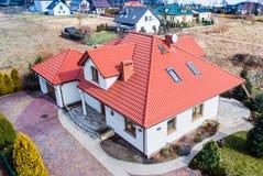 Vue aérienne de bourdon sur la maison unifamiliale image stock