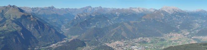 Vue aérienne de bourdon vers la vallée de Seriana et les Alpes d'Orobie dans un jour clair et bleu photo stock