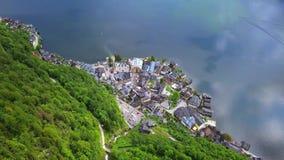 Vue aérienne de bourdon - volant au-dessus de Hallstatt, Autriche banque de vidéos