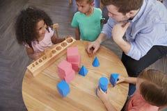 Vue aérienne de bureau d'And Pupils At de professeur à l'école de Montessori photo libre de droits