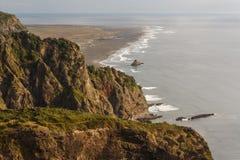 Vue aérienne de côte aux chaînes de Waitakere Images libres de droits
