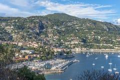 Vue aérienne de côte de Villefranche-sur-Mer avec des yachts naviguant dedans Photographie stock