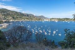 Vue aérienne de côte de Villefranche-sur-Mer avec des yachts naviguant dedans Photo libre de droits