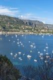 Vue aérienne de côte de Villefranche-sur-Mer avec des yachts naviguant dedans Images libres de droits