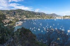 Vue aérienne de côte de Villefranche-sur-Mer avec des yachts naviguant dedans Photographie stock libre de droits