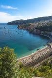 Vue aérienne de côte de Villefranche-sur-Mer avec des yachts naviguant dedans Images stock