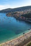 Vue aérienne de côte de Villefranche-sur-Mer avec des yachts naviguant dedans Image libre de droits
