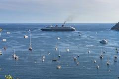 Vue aérienne de côte de Villefranche-sur-Mer avec des yachts naviguant dedans Image stock