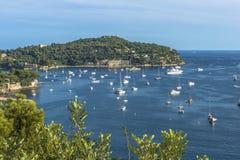 Vue aérienne de côte de Villefranche-sur-Mer avec des yachts naviguant dedans Photos libres de droits