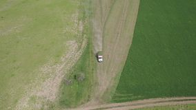 Vue aérienne de camion transportant les usines agricoles récemment récoltées sur le champ banque de vidéos