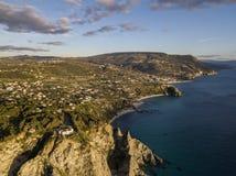 Vue aérienne de capo Vaticano, Calabre, Italie Ricadi Phare Côte des dieux Promontoire de la côte calabraise images libres de droits