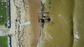 Vue aérienne de Carry Garbage People Clean Coast de vagues banque de vidéos