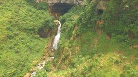 Vue aérienne de cascade près de Kebumen banque de vidéos