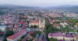 Vue aérienne de cathédrale croisée sainte de catholique grec dans Uzhhorod, la Transcarpathie, Ukraine banque de vidéos