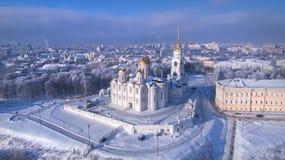 Vue aérienne de cathédrale d'hypothèse dans le jour d'hiver clair vladimir Russie Images stock