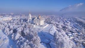 Vue aérienne de cathédrale d'hypothèse dans le jour d'hiver clair vladimir Russie Images libres de droits