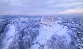Vue aérienne de cathédrale d'hypothèse sur le coucher du soleil vladimir Russie Images stock