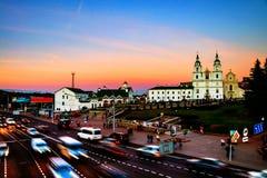 Vue aérienne de cathédrale de Minsk avec le trafic de personnes et de voiture Lumières de traînée de voiture et ciel de coucher d Image stock