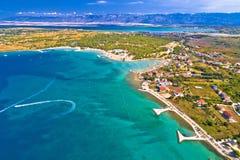 Vue aérienne de CCB de touristes de bord de mer de Zaton et de montagne de Velebit photos libres de droits