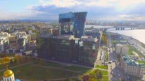 Vue aérienne de centre d'affaires près de la rivière Neva au coucher du soleil banque de vidéos