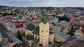 Vue aérienne de centre de la ville de Lviv Le bourdon vole près de l'Hôtel de Ville L'Ukraine, 4K banque de vidéos