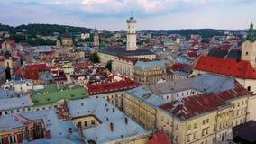 Vue aérienne de centre de la ville de Lviv Le bourdon vole près de l'Hôtel de Ville L'Ukraine, 4K clips vidéos