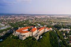 Vue aérienne de château de Palanok, située sur une colline dans Mukacheve, l'Ukraine Photographie stock