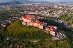 Vue aérienne de château de Palanok, située sur une colline dans Mukacheve, l'Ukraine Photographie stock libre de droits