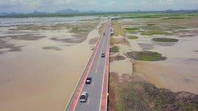 Vue aérienne de Chaloem Phrakiat - le plus long pont en Thaïlande Vue supérieure de route de route chez Thale Noi Wetlands dedans banque de vidéos
