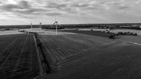 Vue aérienne de champ d'éoliennes terrestre en noir et blanc photographie stock
