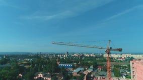 Vue aérienne de chantier de construction du nouveau bâtiment résidentiel avec la grue à tour 4K banque de vidéos