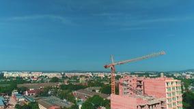 Vue aérienne de chantier de construction de nouvelle grue à tour de wint de bâtiment résidentiel près de grand parking 4K banque de vidéos