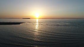 Vue aérienne de chariot d'océan calme au coucher du soleil banque de vidéos