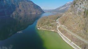 Vue aérienne de chemin de fer serpentin au fond de montagne, beau lac, tourisme clips vidéos
