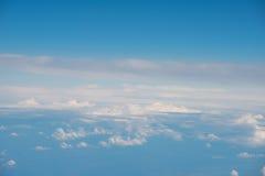 Vue aérienne de ciel bleu avec des nuages de vol de jet Image stock