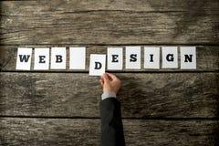 Vue aérienne de concepteur de Web assemblant un signe de web design Image stock