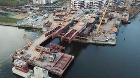 Vue aérienne de construction de pont d'une nouvelle route à travers la rivière à Moscou banque de vidéos