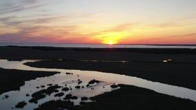 Vue aérienne de coucher du soleil au-dessus de la baie de Delaware banque de vidéos