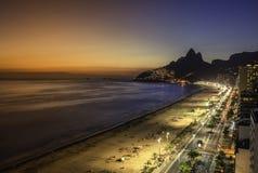 Vue aérienne de coucher du soleil avec les fuites légères sur la plage d'Ipanema en Rio de Janeiro images libres de droits