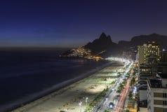 Vue aérienne de coucher du soleil avec les fuites légères sur la plage d'Ipanema en Rio de Janeiro photographie stock