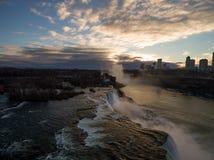 Vue aérienne de coucher du soleil sur des chutes du Niagara pendant l'horaire d'hiver photos stock
