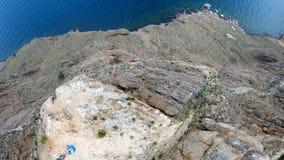 Vue aérienne de crête Le bourdon vole au-dessus de la roche et du littoral élevés clips vidéos