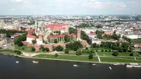 Vue aérienne de Cracovie, Pologne - château de Wawel dans un beau jour ensoleillé banque de vidéos