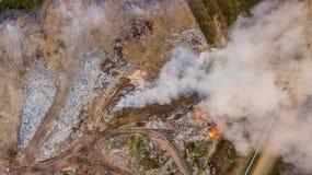 Vue aérienne de décharge illégale dans la pollution environnementale de forêt à l'arrière photographie stock libre de droits