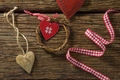 Vue aérienne de décoration de forme de coeur avec le ruban et la guirlande Photo stock